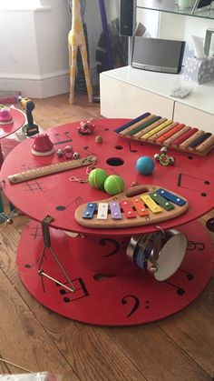 An idea to create a corner / music table at home. Sure, they have . An idea to create a corner / music table at home. Sure, they have a great time … – Children& Decoration Creche, Spool Tables, Outdoor Classroom, Classroom Table, Classroom Furniture, School Classroom, Wooden Spools, Diy Toys, Preschool Activities