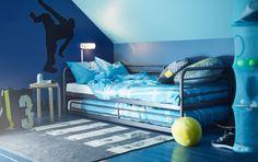 Sypialnia nastolatka z łóżkiem i dodatkowym łóżkiem wysuwanym SVÄRTA, szarym, oraz półką zawieszaną IKEA PS FÅNGST