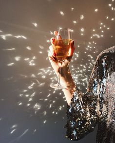Create your own spotlight and bring it wherever you go with a simple sequin top. Photo via. Silvester Diy, Videos Instagram, Beautiful Streets, Nouvel An, New Years Eve, Champagne, Wine, Celebrities, Glass