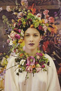 Couronne de fleurs géante insolite - Crédit Photo: Joanna Millington - Fleurs: Love Blooms - La Fiancée du Panda blog Mariage et Lifestyle