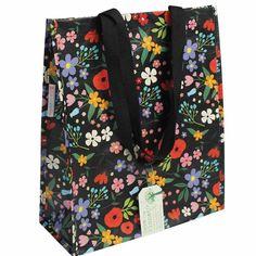 Un sac pratique et surtout éco-responsable ! Réalisé en bouteille de plastique recyclées, il vous accompagnera lors des courses, balades et pique-nique ou pour le rengement des affaires de piscine. D: 40 x 34 x 15 cm. Hauteur des anses: 31 cm. 5,50 € http://www.lafolleadresse.com/bagagerie/2224-sac-en-plastique-recycle-fleurs.html