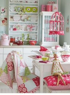 Decoração De Cozinhas!por Depósito Santa Mariah minhas observações: ambiente colorido (tons vermelhos e verdes) para a área de refeições composta pelo armário e pela mesa.