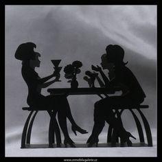 Stojan na ubrousky Dámy | Zajímavý kovový stojan na ubrousky se siluetou dam u stolu, vyniknou v něm především jednoduché bílé ubrousky.