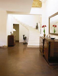 Pavimento in resina e pareti bianche creano un ambiente elegante ed essenziale