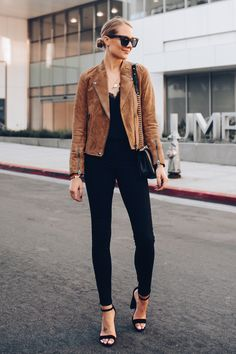 A Stylish Date Night Outfit to Wear for Fall Brown Jacket Outfit, Brown Suede Jacket, Leather Jacket Outfits, Suede Moto Jacket, Fall Outfits, Casual Outfits, Fashion Jackson, Mode Vintage, Mode Inspiration