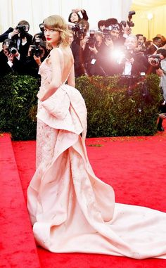 The Lady in PinkOscar de la Renta from Taylor Swift's Best Looks The songstress stunned in an Oscar de la Renta blush pink gown. Taylor Swift 2006, Taylor Swift Party, Taylor Swift Makeup, Taylor Swift Legs, Taylor Swift Album, Taylor Swift Style, Taylor Alison Swift, Swift 3, Celebrity Singers