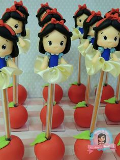 Blancanieves Polymer Clay Disney, Polymer Clay Art, Foam Crafts, Diy And Crafts, Clay Pen, Cake Decorating With Fondant, Flower Pens, Clay Figurine, Disney Cakes