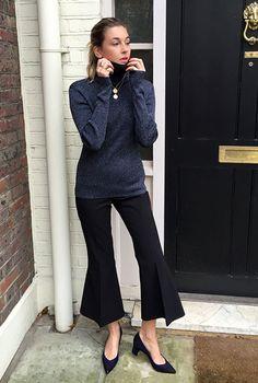 Street style look com suéter azul, calça pantacourt cropped e sapato scarpin azul.