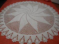 Tapete de barbante redondo confeccionado em crochê com barbante na cor cru no formato de catavento.  medida: 1,16 diâmetro R$ 110,00