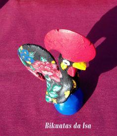 Galo pintado e forrado com lenço de Viana
