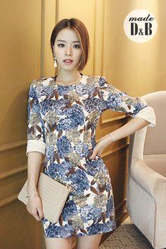 Today's Hot Pick :花纹修身连衣裙 http://fashionstylep.com/SFSELFAA0023219/insang1cn/out 含蓄华丽的宫廷风格,大朵的冷色花朵仿佛复古的宫廷浮雕般镶嵌在衣身,精雕细琢着对品味的至甄追求,与修身的 版型完美结合,使女王的气场依旧不同! ✪D
