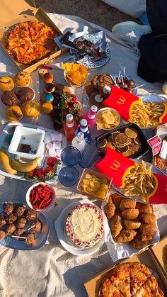 Picnic Date Food, Picnic Snacks, Picnic Foods, Cute Food, Yummy Food, Comida Picnic, Picnic Essentials, Picnic Birthday, Food Platters