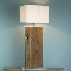 Antique 1828 Barn Wood Beam Table Lamp. Et si nous fesions de notre bloc de bois une lampe !!!