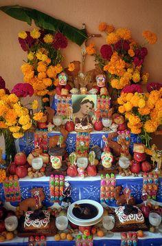 Mexican Altar | Oaxaca, El Altar de muertos es un elemento fundamental en el conjunto de tradiciones mexicanas del Día de muertos, que consiste en instalar altares domésticos en honor de los muertos de la familia.