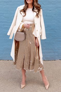 Jennifer Lake Style Charade in an Eliza J gold sequin midi skirt, Chloe ivory coat, Chloe Nile bag, and Manolo Blahnik pumps at a Chicago blue wall Paillette Rock Outfit, Sequin Skirt Outfit, Midi Rock Outfit, Ad Fashion, Modest Fashion, Autumn Fashion, Fashion Dresses, Fashion Suits, Female Fashion