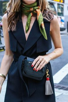 jolie robe noire, foulard hotesse de l'air vert, ongler rouges, cheveux balayage femme