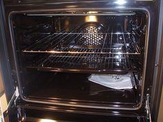 Oven Een handige tip om de oven schoon te maken, Spuit het scheerschuim op de bakplaten en zorg dat alles goed bedekt is in schuim. Doe de ovendeur weer dicht en ze de over een half uurtje op vijftig graden. Tot slot nog even afvegen
