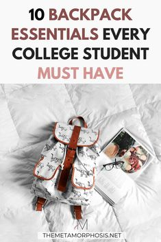 These college backpack essentials are must-haves for college girls! Don't forget these essentials when doing your back to school shopping this year! #college #backpack College Freshman Tips, First Day Of College, College Hacks, College Fun, School Hacks, College Students, Freshman Year, Backpack Organization, School Organization