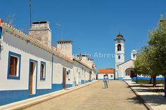 A tradicional vila de Santa Susana, muito rica em arquitectura tradicional com casas brancas e um forte azul em torno de janelas e portas.  Alentejo, Portugal (MR)