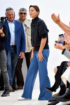 Phoebe Philo Photos Photos - Designer Phoebe Philo is seen on the runway during the Celine show as part of the Paris Fashion Week Womenswear Spring/Summer 2017 on October 2, 2016 in Paris, France. - Celine : Runway - Paris Fashion Week Womenswear Spring/Summer 2017 Celine, Phoebe Philo, Independent Clothing, Fashion Brand, Womens Fashion, Fashion News, Sneakers Looks, Girl Attitude, Cozy Fashion