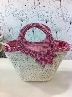 I am more than sure that all the ladies out there are always desperate to look good and stylish. And a hand bag is an essential element of an adorable lady's… Diy Bag Crafts, Paper Weaving, Straw Tote, Basket Bag, Clutch, Basket Weaving, Purses And Bags, Creations, Handmade