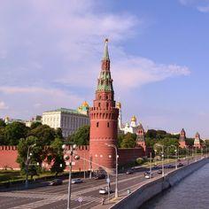"""""""#проснисьипой, Москва! Днем будет малооблачно, ⁺22 градуса, вечером пройдет небольшой дождь!  В Нью-Йорке выбрали лучшее свадебное платье из туалетной…"""""""