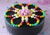 Ei näyttävään kakkuun tarvita hirveesti hilavitkuttimia, vaikken nyt mustaa kakkua haluakaan.