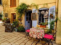 Cotignac is a stunningly beautiful Provencal village, an intoxicating blend of colour and charm that's off the beaten track, a place to relax and enjoy a slower pace of life.