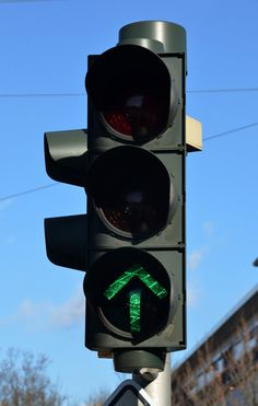 Informativa. Identifican, indican, comunican, describen...  El semáforo te indican, dependiendo de si eres peatón o conductor, si debes seguir con tu camino o dejar pasar.