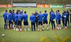 Dutch national soccer team coach Guus Hiddink (C) speaks to his players during a training session in Hoenderloo on June 3, 2015. The Dutch team will face the US team in an international friendly soccer match on June 5, 2015