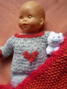 pyjama coeur pattern by Pauline PetitBazar Tricot Baby, Nostalgic Pictures, Knitted Dolls, Free Knitting, I Dress, American Girl, Baby Dolls, Doll Clothes, Knit Crochet