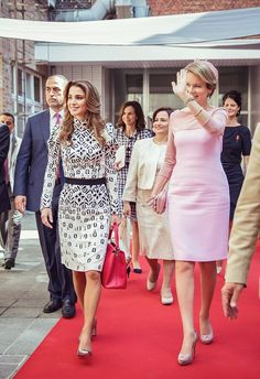 ♔♛Queen Rania of Jordan♔♛. 19 May 2016 - Queen Rania and Queen Mathilde at the Technical Institute of the Holy Family in Bruges, Belgium - dress by Louis Vuitto ; bag by Louis Vuitton Moda Outfits, Dress Outfits, Princesa Real, Style Royal, Royal Clothing, Queen Rania, Estilo Real, Royal Dresses, Her Majesty The Queen