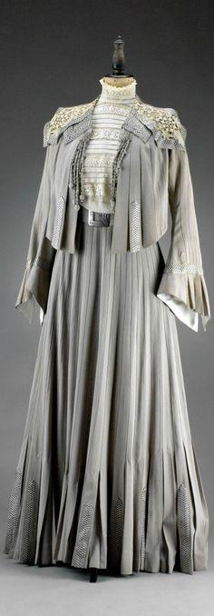 Dress, Marie Hansal, Vienna, ca. 1902. Silk. Photo: Ondřej Kocourek, Gabriel Urbánek. Museum of Decorative Arts, Prague, via eSbirky.cz