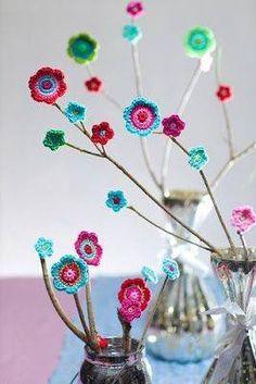 Renkli iplerle yapılmış örgü bahar dalları