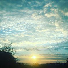 """Dire que la journée avait commencé sous le soleil!!! Maintenant il fait """"gris foncé""""! Bonne soirée!!! #sun #niceday #mardi #tuesday #potd #picoftheday #nuages #cloudy #grey http://themouse.org"""