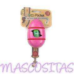 BecoPocket Dispensador de Bolsas. Al contrario que la mayoría de dispensadores paras bolsas, BecoPocket usa un sistema elástico para fijarse a casi cualquier tipo de correa, cinturón o bolsa. De hecho, el BecoPocket funciona muy bien, puedes fijarlo al cochecito del bebé o llevarlo dentro del maletero del coche.