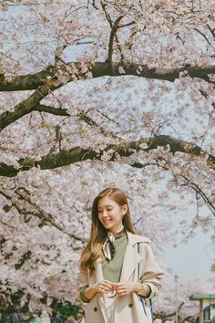 Fukuoka: Ohori-koen - Tricia Will Go Places Cherry Blossom Japan, Cherry Blossom Season, Photography Poses Women, Portrait Photography, Japan Spring Fashion, Tricia Gosingtian, Filipino Fashion, Pink Petals, Travel Outfits