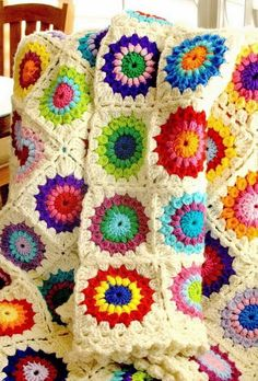"""Sunburst Granny Square – free Pattern –Easy Sunburst Granny Square .. You Can get the Pattern for free. Materials: 3, 4 or 5 colors of limp worsted weight yarn (such as wintuk or one of the """"soft"""" yarns) Crochet hook size F Gauge: Rounds 1-3 = 3 1/2"""" Finished size: 6"""" (with variation for 7"""")"""