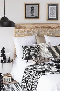 cojines, plaid y láminas enmarcadas; todo coordinado en blanco y negro