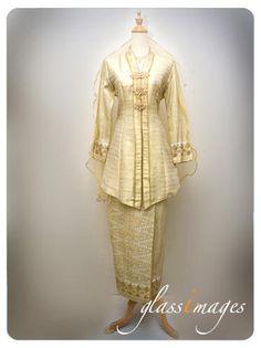 songket gold - Google Search Malay Wedding Dress, Modern Kebaya, Muslimah Wedding, Traditional Wedding, Dream Dress, Bridal Collection, Hijab Fashion, Bridal Dresses, Rustic Wedding
