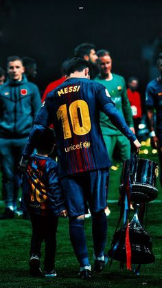 Lionel Messi with La Liga trophy 2018 cool Poster Lional Messi, Messi And Ronaldo, Cristiano Ronaldo, Neymar, Lionel Messi Wallpapers, Lionel Messi Barcelona, Messi Photos, Football Players, Sports Memes