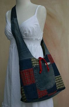 This upcycled denim purse is an attention-grabber. The Ultimate Denim Tote Bag – made from Your Own Jeans! 5 diy no sew recycled denim Denim Tote Bags, Denim Purse, Elsbeth Und Ich, Hippie Purse, Denim Ideas, Denim Crafts, Craft Bags, Bag Patterns To Sew, Fabric Bags