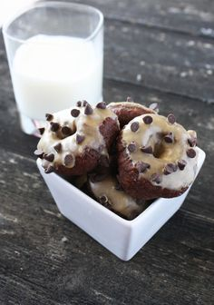 Chocolate Mini Donuts with Peanut Butter Glaze - Cake 'n Knife - Chocolate Mini Donuts with Peanut Butter Glaze - Baby Food Recipes, Baking Recipes, Snack Recipes, Dessert Recipes, Snacks, Vegan Desserts, Easy Desserts, Mini Donut Maker Recipes, Mini Doughnuts