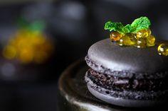Cupcakes a gogó: Macarons de chocolate con chile y pimienta y caviaroli