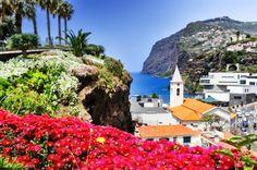 Das Festland in weiter Ferne, umgeben von Wasser und ausgestattet mit einer gigantischen Küstenlinie, liegt die portugiesische Insel Madeira im Atlantik.