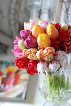 I LOVE tulips for Easter centerpieces! #easter #easterentertaining