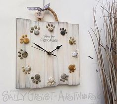 TIME for a new clock! Handmade clock with pawprints – 'Beachcomber' For grooming salon, pet shop, any kind of pet business TIEMPO para un nuevo reloj Reloj hecho a mano con huellas de pata Dog Grooming Shop, Dog Grooming Salons, Dog Grooming Business, Diy Para A Casa, Handmade Clocks, Dog Rooms, Ideias Diy, Dog Crafts, Wooden Hearts