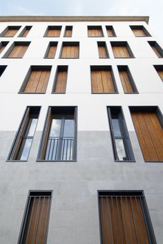 Image 6 of 23 from gallery of 19 Dwellings on Viana Street / García Floquet Arquitectos. Photograph by Iñaki Bergera Architecture Résidentielle, Amazing Architecture, Contemporary Architecture, Social Housing Architecture, Building Exterior, Building Facade, Facade Design, Exterior Design, Mix Use Building