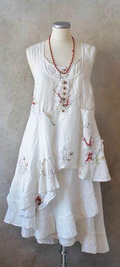 White ruffle tunic moe lagenlook. Floral trim. I like this a lot. KOMBINATIONER - Östebro: