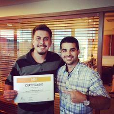 Léo Barbosa com o seu certificado durante a 3ª edição do curso Analista de Mídias Sociais, Vitória/ES
